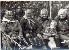 Odpočívající babičky, paní Slámová seZbyňkem, paní Otylka /Blažíčková/, paní Bukáčková sIvou, paní Mrkosová