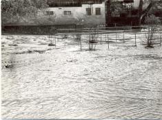 Přetékající hráze místních rybníků